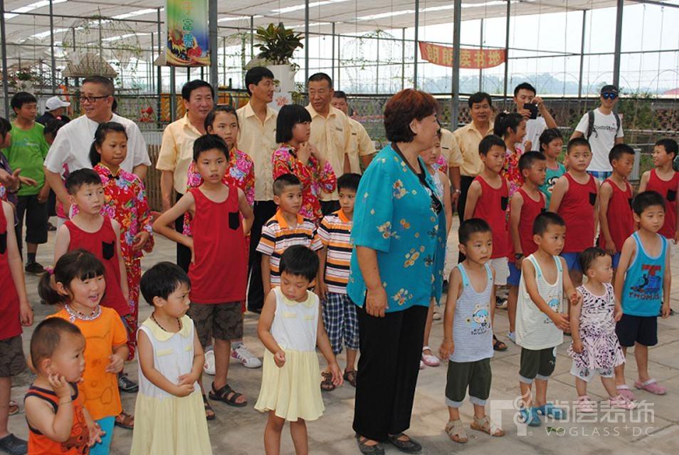 太阳村的孩子和老师在等候尚层的工作人员
