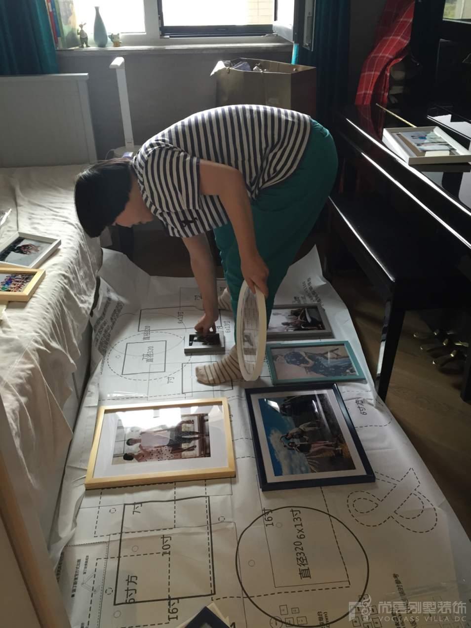 尚层装饰配饰设计师李露露在认真的工作