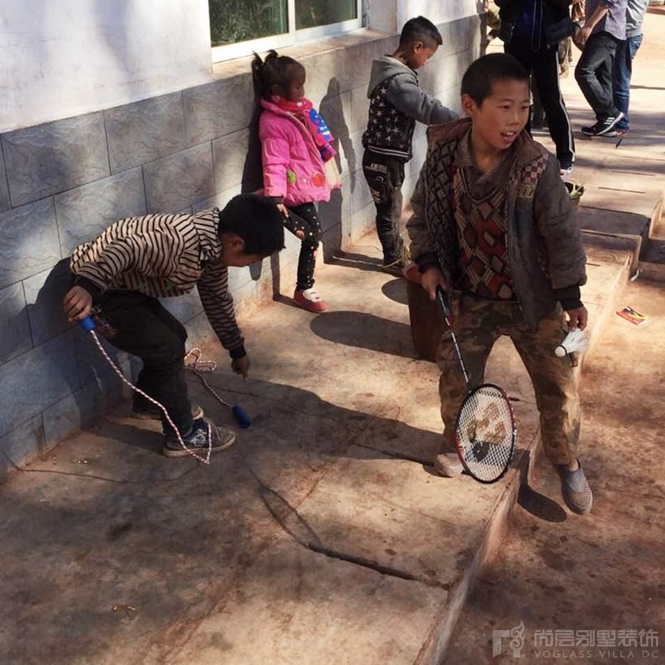孩子们用尚层工作人员带来的体育用品在开心的玩