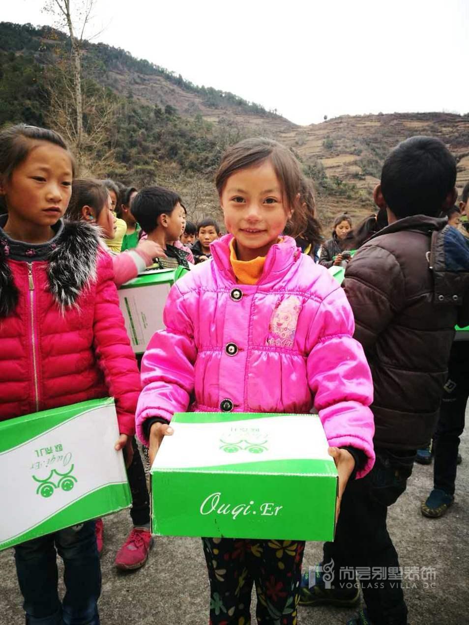 尚层装饰定制冬季的新鞋送到孩子们的手里