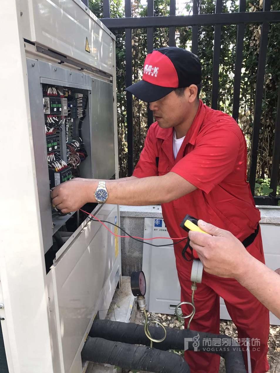 尚层装饰工作人员在空调室外机拆解清洗及维护