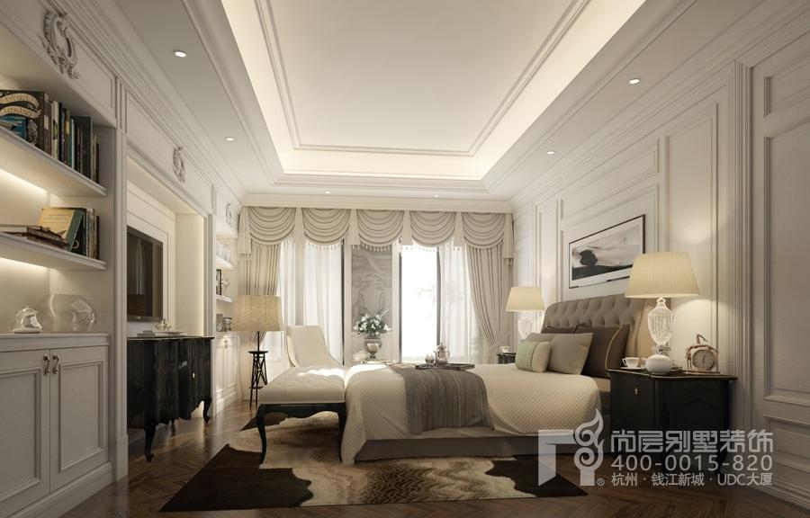 主卧的色调以白为主,护墙板,吊顶和窗幔相互呼应;但是床上布艺