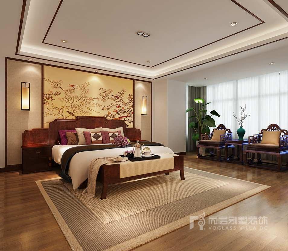 在卧室的装修设计中,结合业主原有的红木家具,再搭配床头背景采用中式