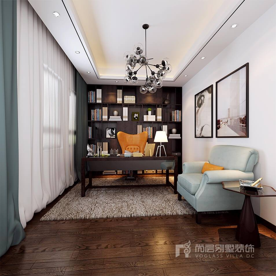 臥室的空間色調整體了一些,純粹的原木色地板,加上咖色的紗簾,呼應了