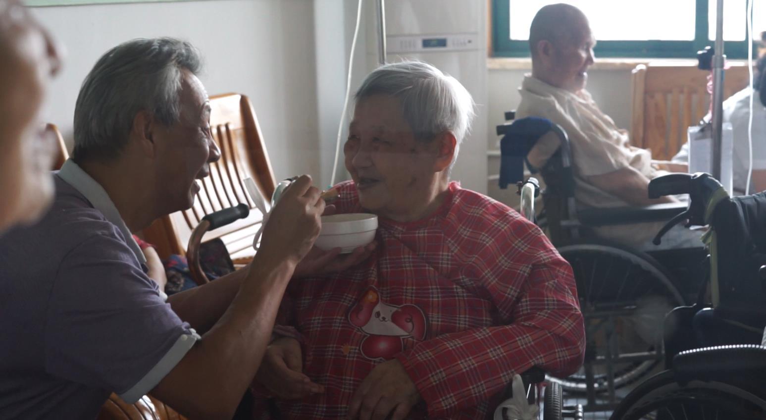 老人们互相关心